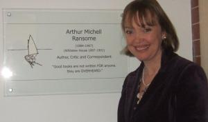 sophie-neville-having-unveiled-the-plaque-to-arthur-ransome-at-rugby-school